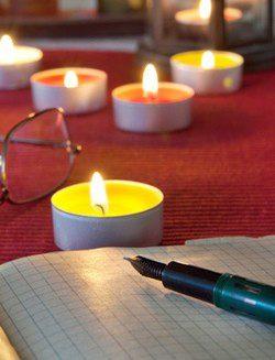Colocar dos velas naranjas en el filo de la mesa