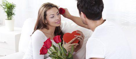 La pareja debe tener gestos de cariño si quiere recuperar la llama del amor