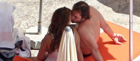 Penélope Cruz y Javier Bardem se besan durante sus vacaciones