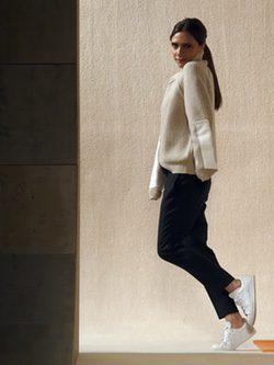 Victoria Beckham posando para su línea de moda