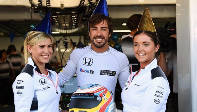 Fernando Alonso celebrando su 35 cumpleaños en el GP de Alemania 2016