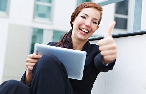Mujer muy optimista buscando trabajo
