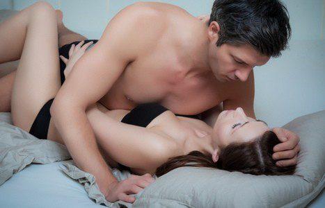 Pareja manteniendo relaciones sexuales