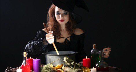 Mujer realizando pociones