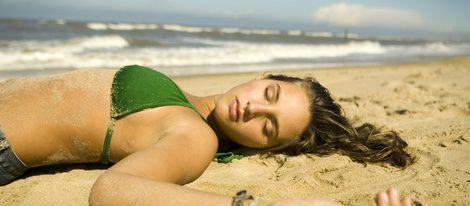 Cuidado con las siestas en la playa puede hacer que te salgan más pecas y lunares