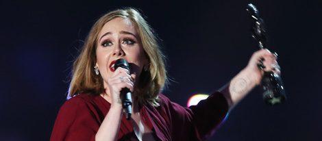 Adele recoge su galardón en los Premios Brit 2016