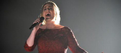 Adele durante su actuación en los Premios Grammy 2016