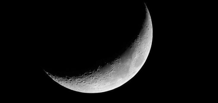 Cuando la luna se encuentra en su fase creciente haremos un ritual con papel, lápiz blanco y dos velas.