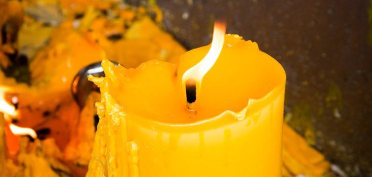 Deberás colocar una vela de color amarillo sobre la mesa y encenderla a media noche