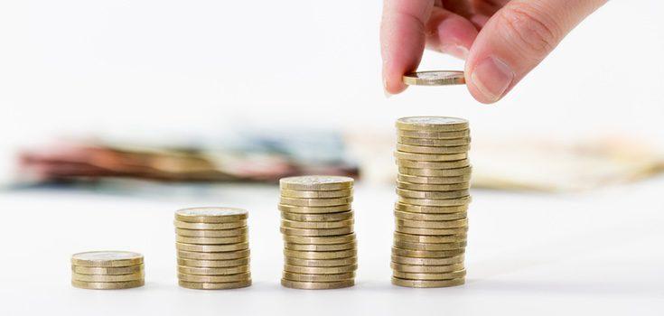 Pisar una moneda es un ritual para atraer el dinero y el trabajo