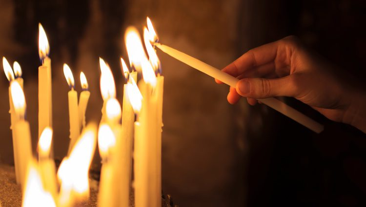 Quema un papel con tus deseos con ayuda de una vela negra