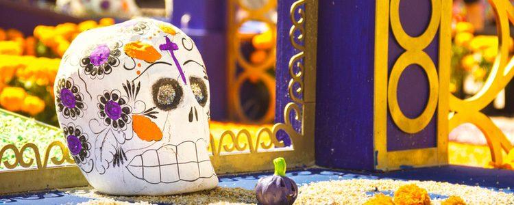 Los mexicanos si no pueden ir a la tumba, realizan en sus casas altares