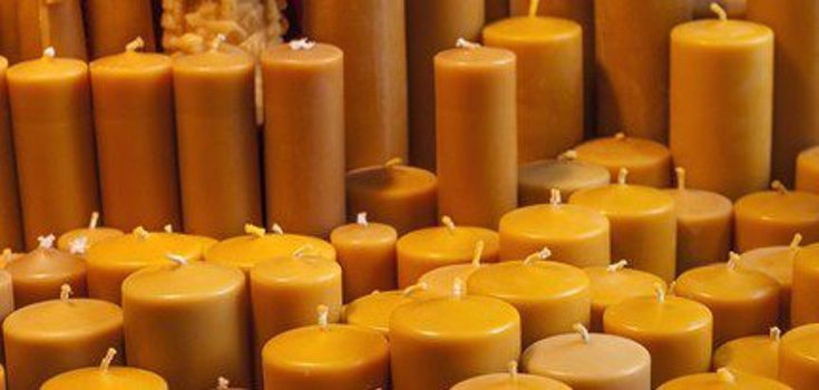 Las velas que se deben usar en el ritual del dinero siempre tienen que ser de color amarillo o dorado