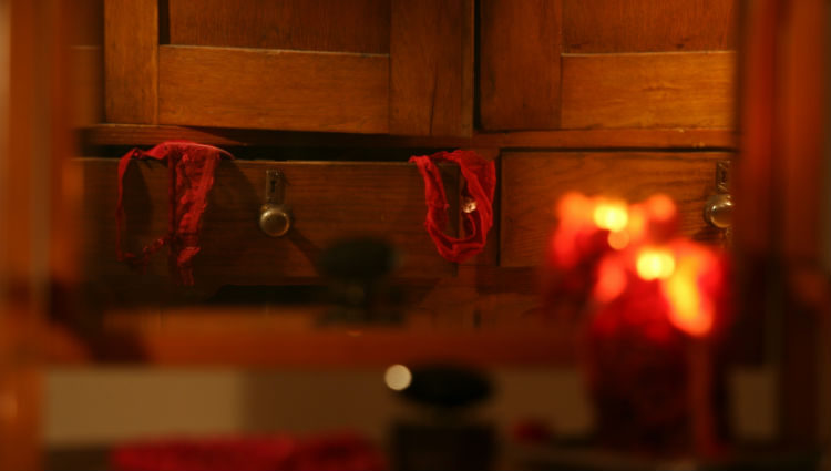Habrá que poner una pieza de ropa interior encima de la llama de una vela roja