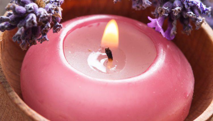 Hay que distinguir muy bien las velas rojas de las rosas