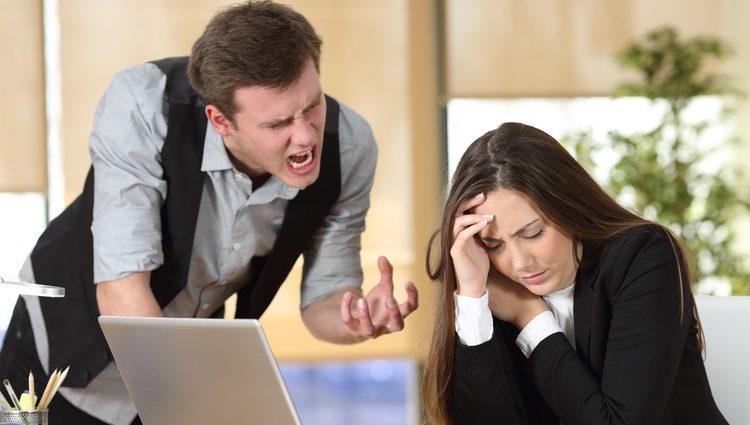 Intenta respirar y tranquilizarte cuando tengas un problema serio en tu jornada laboral