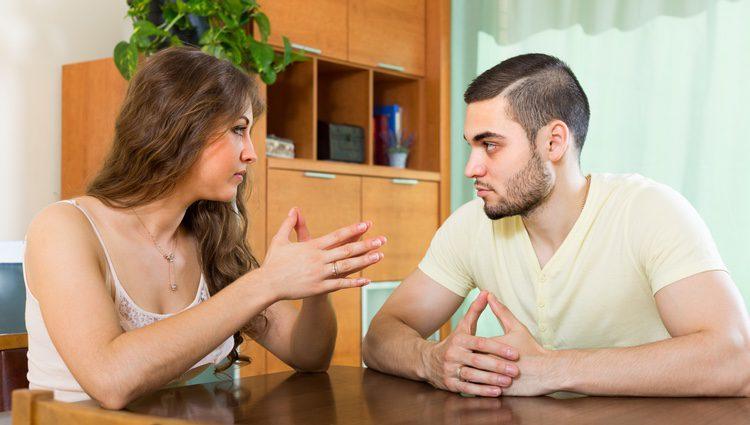 Pareja hablando sobre su relación