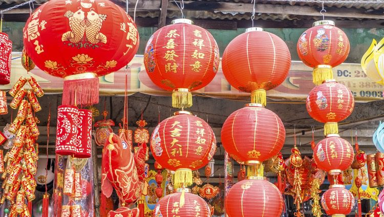 Las decoraciones rojas y doradas son típicas en esta celebración