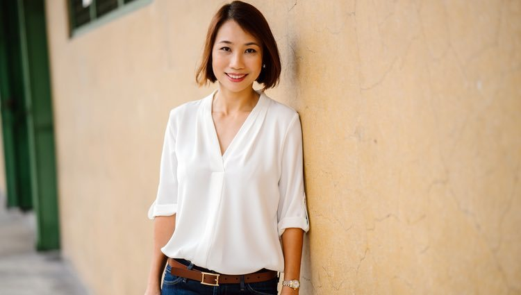 Un outfit formado por un vaquero clásico y una blusa blanca es ideal para ir al trabajo