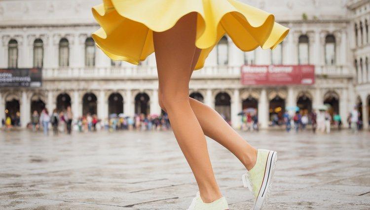 Las faldas con zapatillas es una tendencia de este año