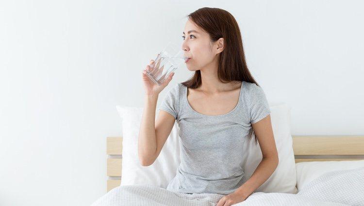 Bebe un vaso de agua todas las noches pensando en esto
