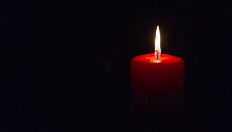 El siguiente paso es coger la vela roja y sujetarla encima del plato