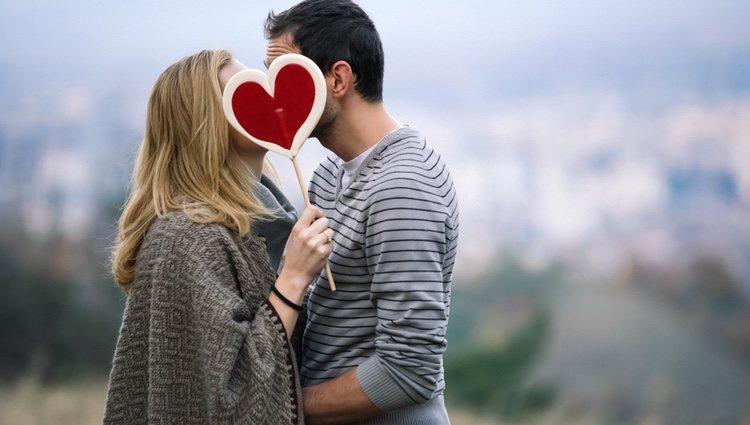 Presta más atención a tu pareja para que no sienta que no le haces caso